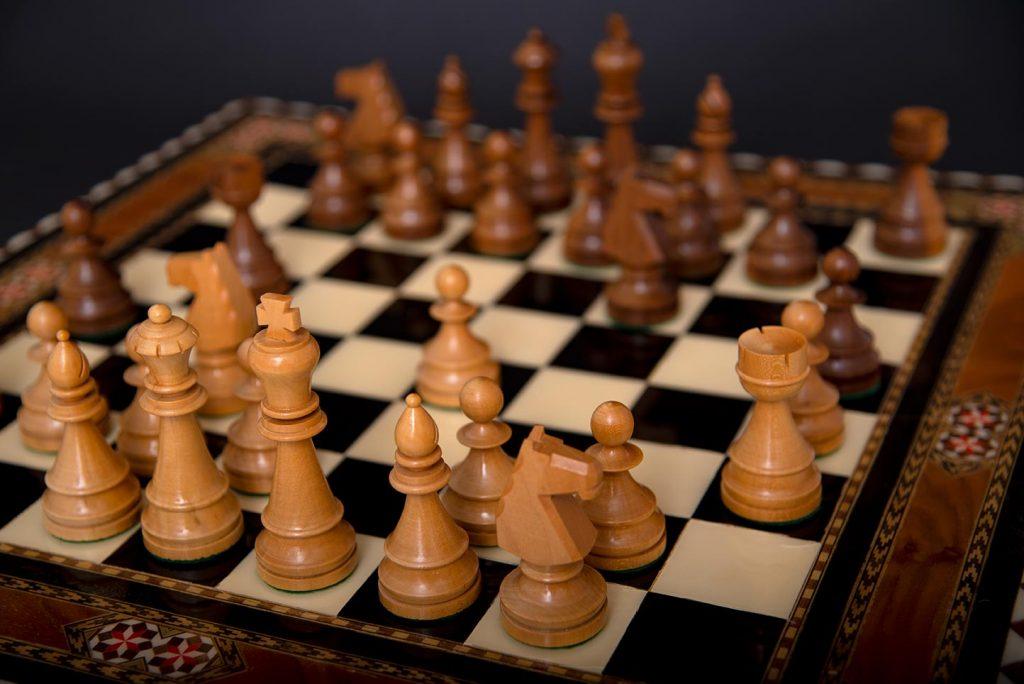 Bild på schackbräde med alla pjäser uppställda och några drag gjorda.
